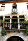 Fassade schmückte mit Blumen eines Landhauses von Marostica in Vicenza in Venetien (Italien) Lizenzfreie Stockfotografie