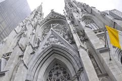 Fassade St. Patrick Cathedral von Midtown Manhattan in New York City in Vereinigten Staaten Stockbild