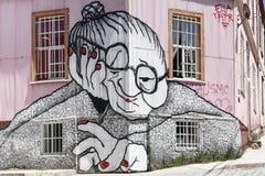 Fassade Valparaiso der alten Frau der Graffiti Stockbild
