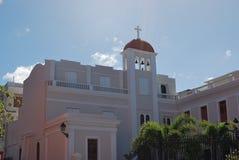 Fassade von Bediensteten von Mary Church in altem San Juan, Puerto Rico Stockbilder