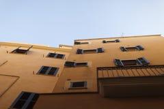 Fassade von beige spanischen Mittelmeerhäusern gegen einen klaren blauen Himmel Lizenzfreies Stockbild
