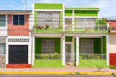 Fassade von bunten Häusern im historischen Bezirk Granada in Ni Stockfotos