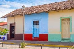 Fassade von bunten Häusern im historischen Bezirk Granada in Ni Stockfotografie