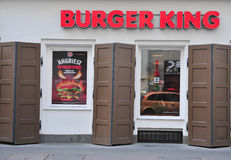 Fassade von Burger- Kingrestaurant in der Straße Stockfotos