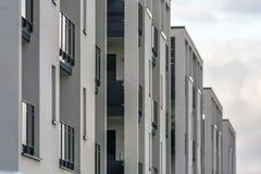 Fassade von modernen Wohnungen stockfotografie