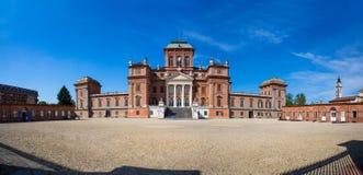 Fassade von Racconigi Royal Palace - ehemaliger königlicher Wohnsitz des Wirsinghauses in Piemont, Cuneo-Provinz, Italien stockbild