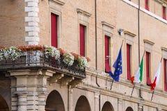 Fassade von RiminiRathaus mit Flaggen und Blumen auf Cavour-squa Stockfotos