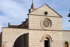 Fassade von St. Claire Cathedral in Assisi Lizenzfreie Stockfotografie