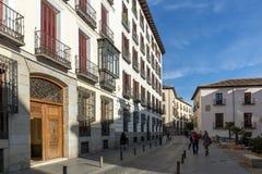Fassade von typischen Gebäuden und von Straßen in der Stadt von Madrid, Spanien Stockbild