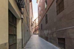 Fassade von typischen Gebäuden und von Straßen in der Stadt von Madrid, Spanien Stockfotografie
