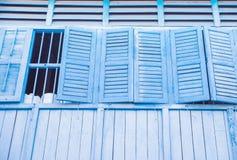 Fassade von und Altbau, breite Fenster mit offenen Fensterläden stockbild