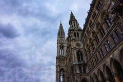 Fassade von WienRathaus gegen den blauen Himmel stockfotos