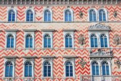Fassadedetail eines traditionellen italienischen Gebäudes Lizenzfreies Stockbild