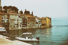 Fassaden mit der Schale des Gipses gewaschen durch das Meer der alten Stadt von Porec Kroatien und das Boot im Vordergrund Weinle lizenzfreies stockbild