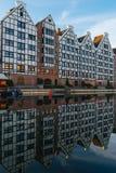 Fassaden von alten Häusern mit Reflexion in Wasser Motlawa-Fluss, Gd Stockfotos