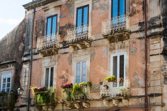 Fassaden von Gebäuden verdarben sehr in der historischen Mitte von Orti Stockfotografie