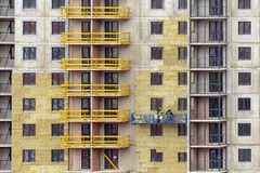 Fassadenarbeit und Isolierung eines mehrstöckigen Gebäudes stockfotos