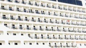 Fassadenbalkone und Fenster eines Ozeandampfers Stockbild