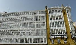 Fassadendetail: Modernistisches Haus und weiße hölzerne Galerien stockbild