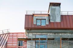 Fassadenerneuerung Hochbaustandort mit Baugerüst Lizenzfreie Stockbilder