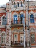 Fassadenfragment des Jugendstilgebäudes mit Bogenfenstern Stockbild