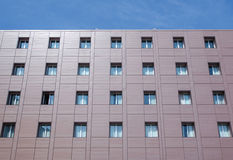 Fassadengebäude mit Fenstern Stockbild