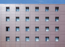 Fassadengebäude mit Fenstern Lizenzfreie Stockbilder