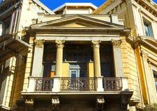 Fassadenhaus gebaut in der klassischen römischen Art mit Spalten und Balkon lizenzfreies stockfoto