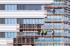 Fassadenwärmedämmungsarbeiten stockfotografie