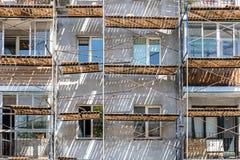 Fassadenwand des Wohnhauses während der Erneuerung mit Gestell Lizenzfreies Stockfoto
