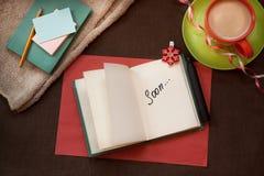 Fassen Sie bald im Notizbuch auf Weinlesearthintergrund ab Lizenzfreie Stockbilder