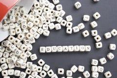 Fassen Sie Bildung auf hölzernen Würfeln oder Blöcken - pädagogischer Hintergrund ab Hölzernes ABC Stockfoto