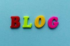 Fassen Sie ` Blog ` von den magnetischen farbigen Plastikbuchstaben auf blauem Papier ab Lizenzfreie Stockbilder