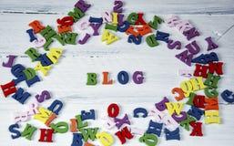 Fassen Sie Blog von kleinen mehrfarbigen Buchstaben auf einer weißen Oberfläche ab Lizenzfreie Stockfotografie
