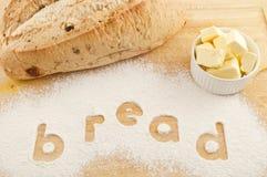 Fassen Sie das Brot ab, das in Mehlbrot und -butter geschrieben wird Stockbilder