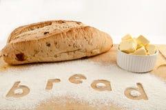 Fassen Sie das Brot ab, das in Mehlbrot und -butter geschrieben wird Stockfotos