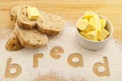 Fassen Sie das Brot ab, das in Mehlbrot und -butter geschrieben wird Stockfotografie