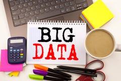 Fassen Sie das Schreiben von großen Daten in das Büro mit Umgebungen wie Laptop, Markierung, Stift, Briefpapier, Kaffee ab Geschä Stockfotografie