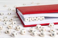 Fassen Sie das Virus ab, das in Holzklötze im roten Notizbuch auf Weiß geschrieben wird, anflehen Lizenzfreies Stockbild