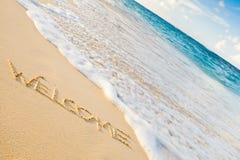 Fassen Sie das Willkommen ab, das auf einem weißen Sandstrand writed ist Lizenzfreie Stockbilder