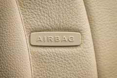 Fassen Sie den Airbag ab, der auf Auto ` s Ledersitz geschrieben wird Stockfotos