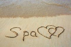 Fassen Sie den Badekurort ab, der auf den Sand und das Herz mit zwei Lieben geschrieben wird Lizenzfreies Stockfoto