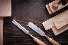 Fassen Sie den Hammer zusammen, der flache flache Meißel und hölzern rasiert Stockfoto