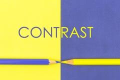 Fassen Sie den KONTRAST ab, der über gelbes und Veilchen farbiges Papier geschrieben wird Lizenzfreie Stockfotos