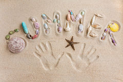 Fassen Sie den Sommer ab, der vorbei in den Sand, mit Handabdrückehintergrund geschrieben wird Stockfotografie