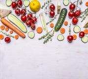 Fassen Sie die verschiedenen frische Obst- und Gemüse Kräuter ein, die vegetarisches Lebensmittel auf hölzernem rustikalem Draufs Lizenzfreie Stockbilder