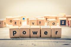 Fassen Sie ` Energie ` hölzernes Kubik auf dem Holz ab Stockfotografie