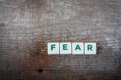 Fassen Sie Furcht, Buchstaben auf dem rustikalen Hintergrund ab lizenzfreie stockfotografie