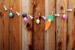 Fassen Sie glückliches auf den Sackleinentags ab, die an einer Linie hängen Stockfoto