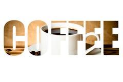 Fassen Sie KAFFEE über Kaffeebohnen und Kaffee in der weißen Schale auf hölzernem ab Stockfoto